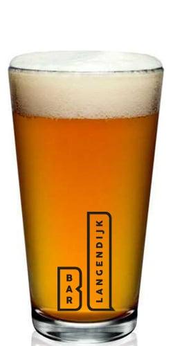 Een bierglas met bedrukking
