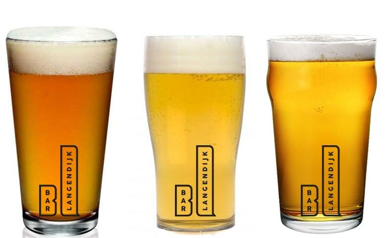 Een drietal bierglazen die bedrukt zijn