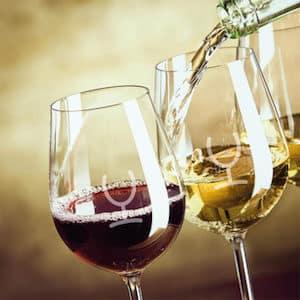 glazen met logo met wijn